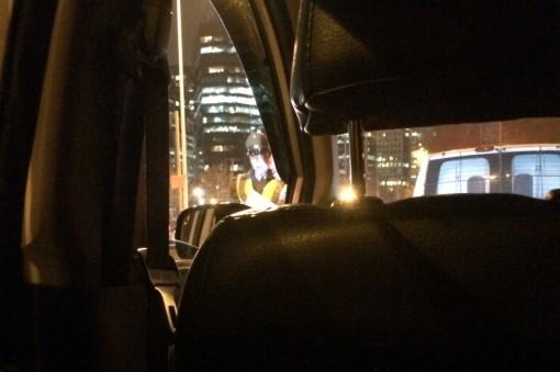 Taxista levando multa do carabineiro