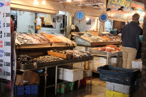 Barracas com peixe no mercado central