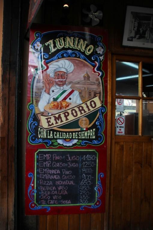 Placa com os preços da empanadas no Empório Zunino