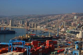 Porto visto de cima com casinhas de Valparaíso ao fundo