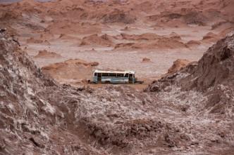 Ônibus abandonado na cordilheira de sal