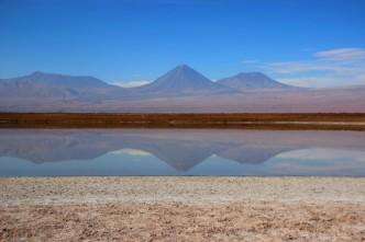 Água refletindo os vulcões