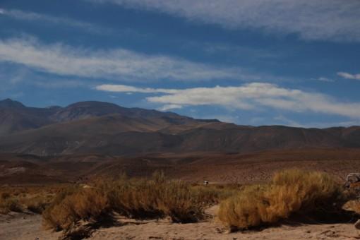 Céu azul por trás das montanhas