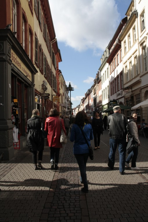 Rua Hauptstrabe cheia de lojas e restaurantes