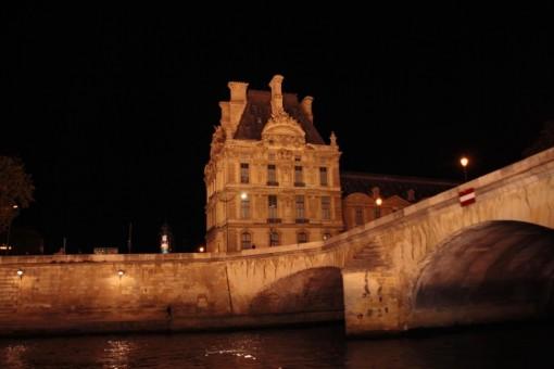 Uma pontinha do gigantesco Louvre