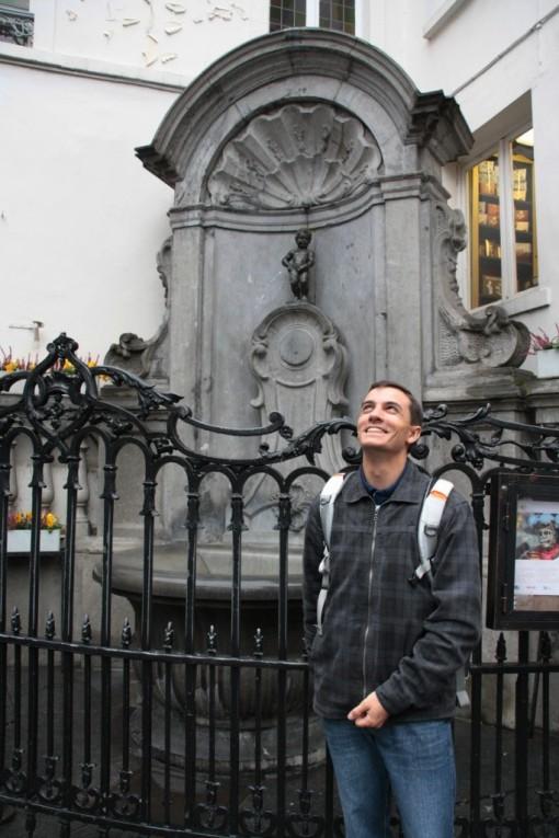 Diego imitando a posição do Manneken Pis