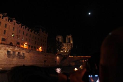 Lá no fundo a lua e a Notre Dame