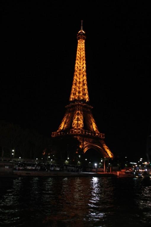Torre Eiffel iluminada vista do Bateaux Mouches