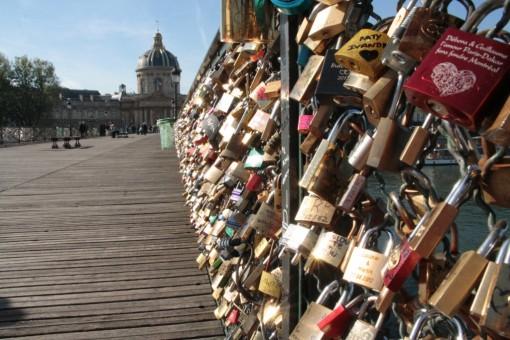 Olha a quantidade de cadeados na ponte