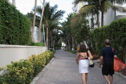 Muito desestimulante ter que passar por esses corredores pra chegar até a praia