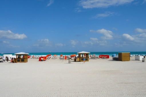 A cor da água é maravilhosa, mas a praia é meio sem graça