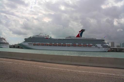 Olha o tamanho do navio!! Tinha uns 10 desses por ali