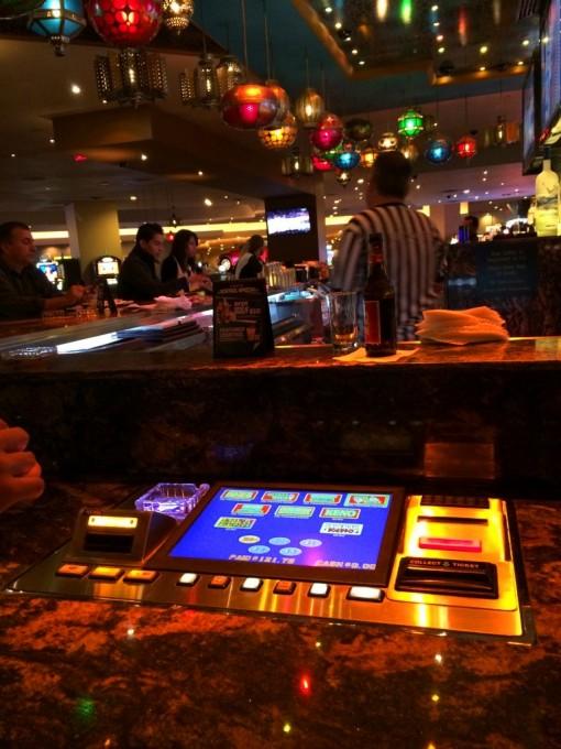 Mais uma foto na surdina. Jogatina direto no balcão do bar.