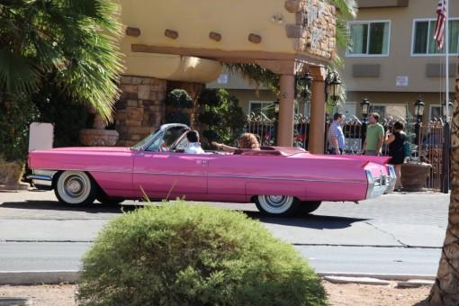 Entrar na capela pra casar num carro rosa e com Elvis dirigindo?? Só em Las Vegas