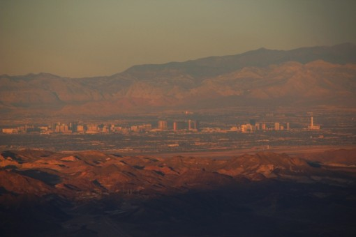 A cidade fica tão no meio do deserto que o ar seco e cheio de poeira atrapalhou até a foto.