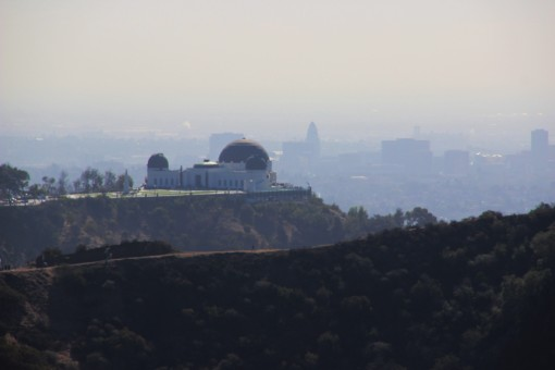 O Griffith Observatory visto do letreiro de Hollywood