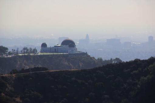 O Griffith Observatory visto do letreiro de Hollywood