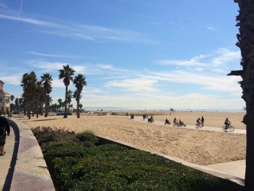 Santa Monica: de um lado um areião pra aproveitar ...