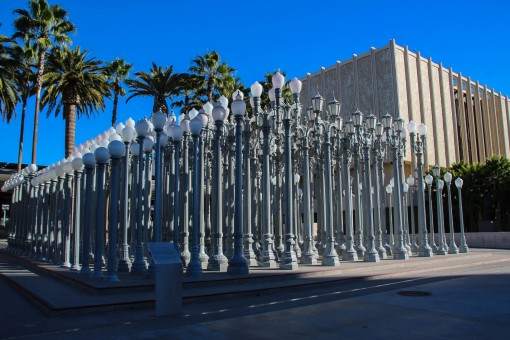 Urban Light escultura com 222 postes no LACMA