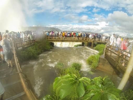 A passarela fica em cima do turbilhão de água