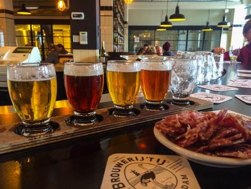 Tábua de degustação de cervejas e um salaminho pra acompanhar