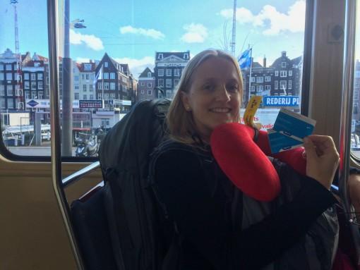 Tudo fica mais fácil de mochila. Feliz e carregada no tram de Amsterdam.