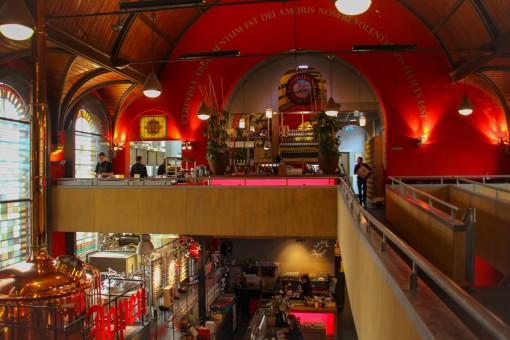 Em cima restaurante, embaixo bar.