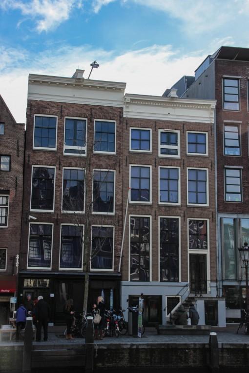 Fachada de onde ficava a empresa de Otto Frank, pai de Anne. É a da esquerda
