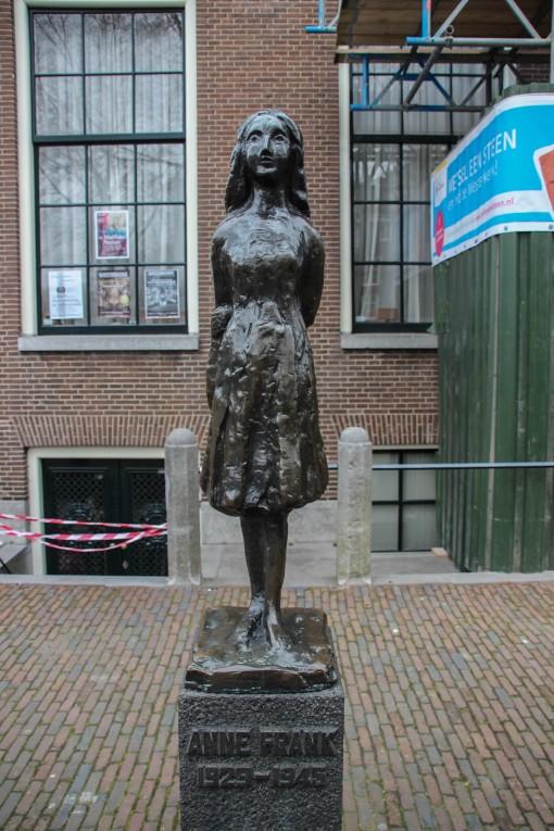 Ao lado da igreja Westerkerk fica a estátua em homenagem a Anne.