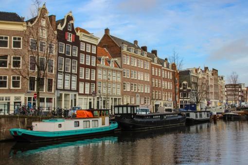 Tá vendo que as fachadas parecem tortas? Ela não parecem, são mesmo. A maioria dos edifícios em Amsterdam é assim. Até parece que a gente tá vendo coisa.