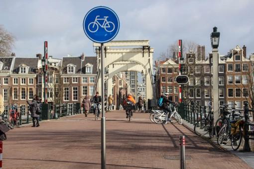 A Magere Brug é exclusiva para bikes.