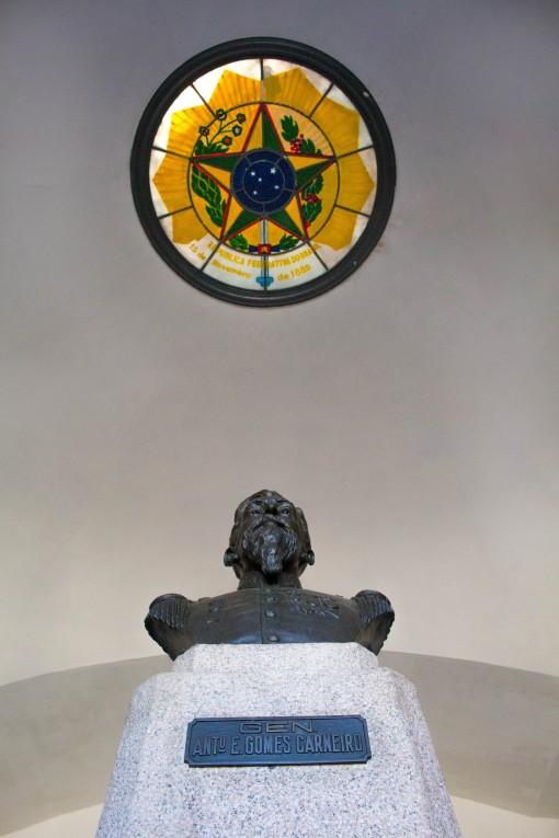 Busto do General Gomes Carneiro com o detalhe do brasão no teto