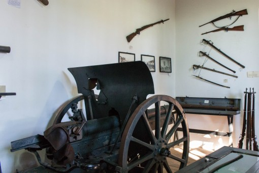 Um pouco das várias armas doadas pelo Sr. Osiris para o museu.