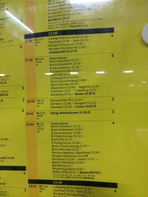 Se estiver meio perdido na estação de trem do aeroporto de Schoenefeld verifiquem os horários em tabelas como essa. O trem que nos pegamos foi o Airport Express e chegamos em Berlim sãos e salvos