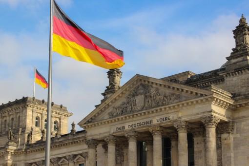 Frente do PArlamento Alemão com bandeira da Alemanha