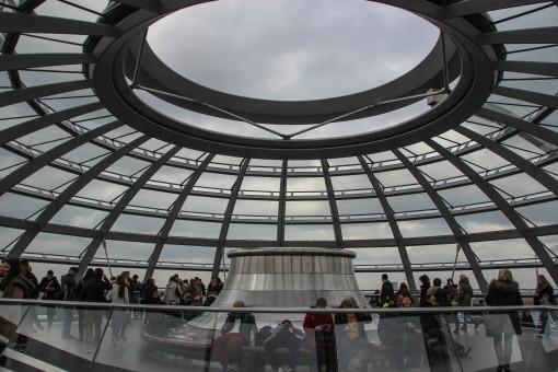 Dentro do domo de vidro projetado por Norman Foster