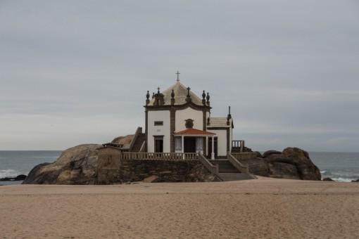 Capela do Senhor da Pedra a beira mar