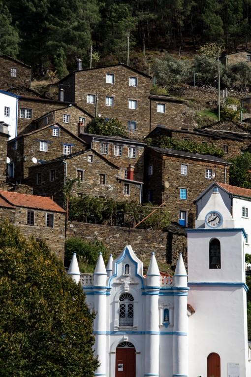 lugares para conhecer em Portugal - Vista da igreja e casinhas de pedra de Piódão