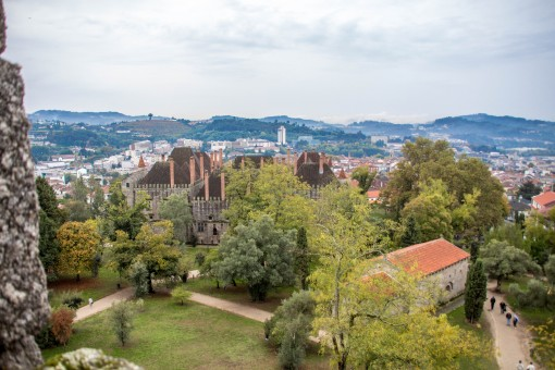 Vista que se tem de cima das muralhas do castelo, com o Paço dos Duques ao fundo.