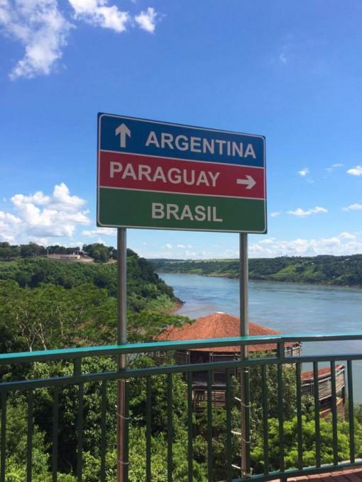 A tríplice fronteira é definida pelos rios Iguaçu e Paraná.