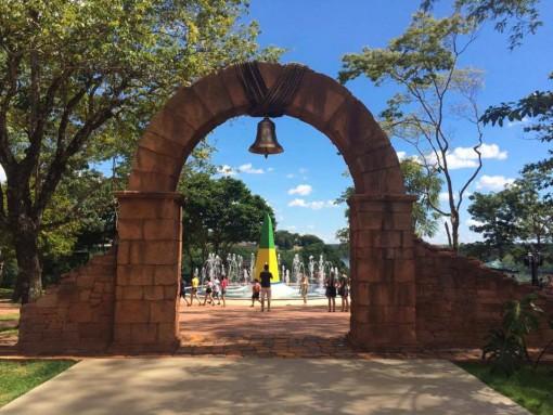 O obelisco pintado de verde e amarelo simboliza a fronteira brasileira