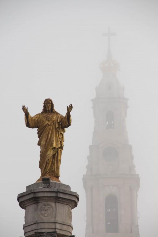 Santuário envolto pela neblina com Jesus Cristo a frente