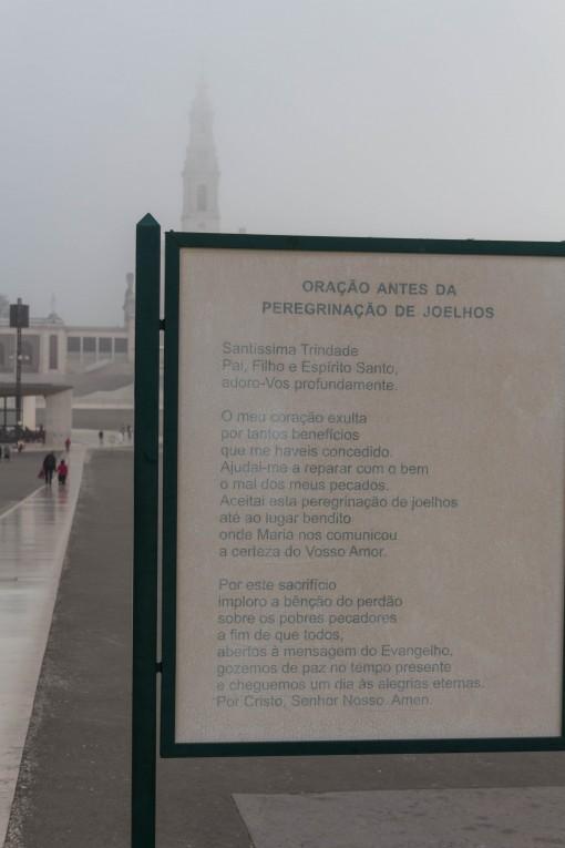 A peregrinação de joelhos acontece nesse corredor de mármore que hoje está liso de tantas promessas pagas.