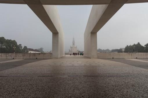 A esplanada formada entre a Basílica antiga e a nova tem em torno de uma quilômetro e fica cheia de fiéis nos aniversários de aparição de Nossa Senhora.