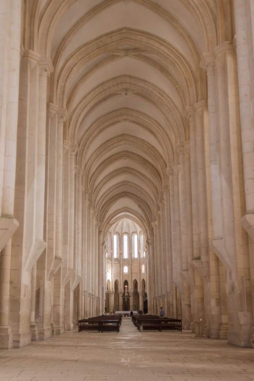 A extensa nave da igreja de Alcobaça