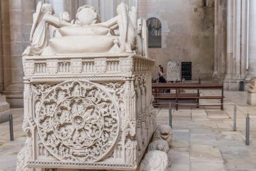 Túmulo de Pedro e ao fundo o de Inês. Foram colocados frente a frente