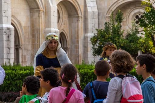 Turma de escola visitando o mosteiro de Alcobaça