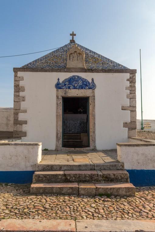 Entrada da Ermida da Memória, capela pequena com azulejos azuis
