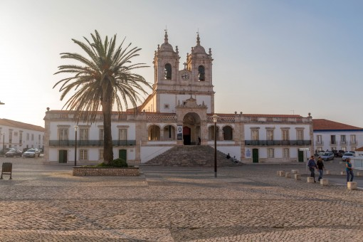 Na praça da Igreja de Nossa Senhora de Nazaré provavelmente você irá encontrar mulheres vestindo as sete saias.