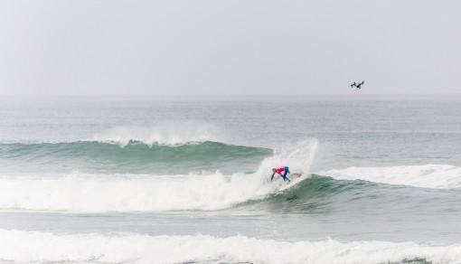 Surfista fazendo manobra em onda